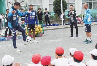 リフティングを披露する選手に歓声を挙げる児童ら