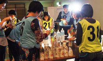 非常食のアルファ米を作る参加者ら