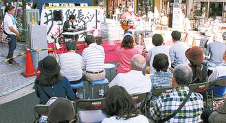 名曲の数々に立ち止り、聞き入る観客もいたステージ