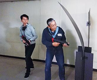 銃を片手に楽しむ参加者(5日撮影)