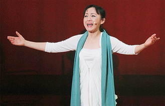 迫力ある歌声で生徒を魅了した吉岡さん