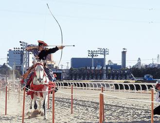 颯爽と馬場をかける姿が勇ましい流鏑馬