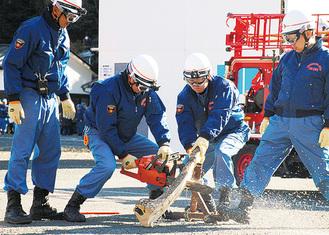 基礎力の向上を進めている消防団(写真は出初式の演舞)