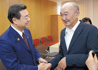 一般質問終了後、ゆりの会・三田会長と喜びの握手