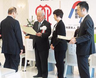 岡野会長から表彰状が授与された