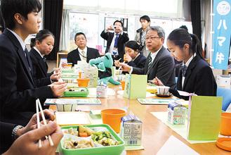 大下社長(右から2人目)と懇談する生徒ら