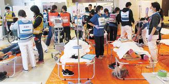東部病院で多数の傷病者に対応する関係者ら