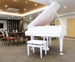 食堂には特注の白いピアノ