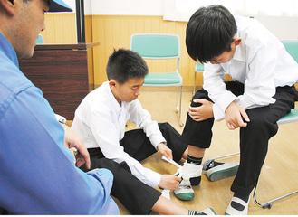 足首の固定を実践する生徒