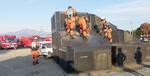家屋閉じ込め訓練を実践する消防隊員