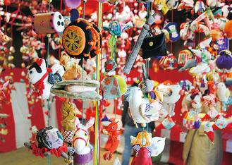 赤門の中に飾られた手製の「つるし雛」