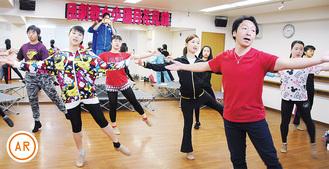 伊藤さん(右手前)の指導のもと、磨きをかけていく出演者たち