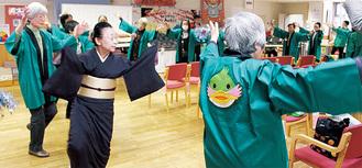こまきち音頭を踊る住民ら