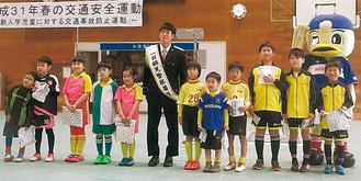 椿選手と児童ら
