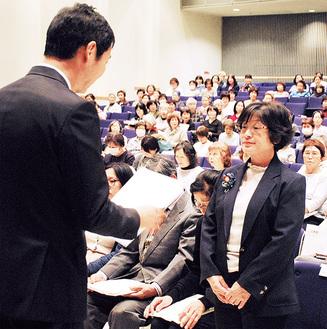 森健二鶴見区長(左)から委嘱状を受ける各地区代表者