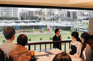 貴賓室での競馬教室の様子