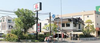 緑化された国道1号線沿いの店舗