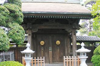 良忠寺の門に輝く菊の御紋