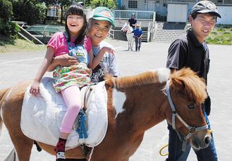 馬にまたがり笑顔を見せる参加者