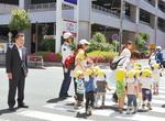 警察官による散歩する保育園児の見守りを視察=磯子区。園児の小さな足も考えながら対策が必要と実感しました