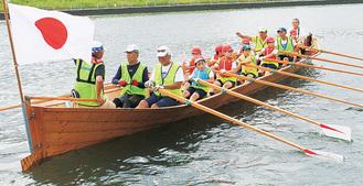 チャーチボートに乗艇する児童ら