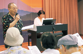 歌を楽しむ参加者と小林さん