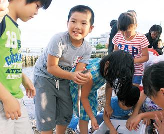 貝や魚を放流する生麦小の児童ら