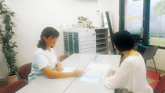 看護師から説明を受ける参加者