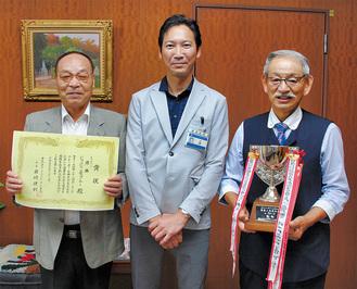 森区長(中央)を訪問した岩崎会長(右)とマロニエの小林さん