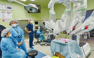 実際の手術室でロボットアームの操作を体験する参加者