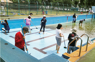今年のプール清掃活動の様子