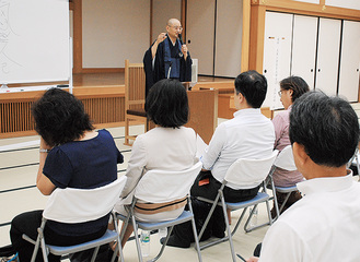花和老師の法話に耳を傾ける参加者