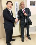 ゆりの会の三田前会長と喜びの握手