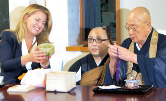 茶器を手に笑顔の大統領と江川禅師