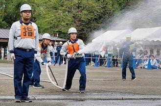 協力して的に向け放水する自衛消防隊員