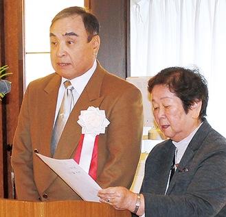 挨拶する津田会長