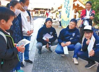 鶴見神社でクイズに答える参加者