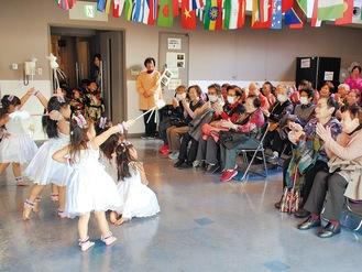 子どもたちの演技に拍手を送る参加者