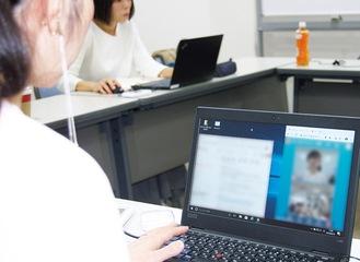 画面上で会話する女性(写真提供=横浜市)