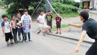 放課後の「居場所」で友だちと過ごす児童