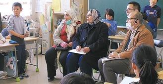 児童らと交流する教育関係者ら