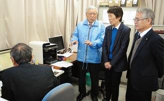 河内会長(中央)の説明に耳を傾ける間瀬署長と清水支部長(右)