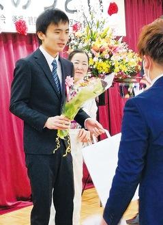 花束を受け取る新成人(同会提供)