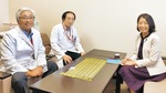 左から済生会横浜市東部病院三角院長と後藤センター長、東みちよ
