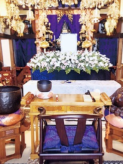 荘厳な雰囲気の祭壇