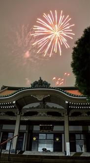大祖堂の銅板屋根を照らす花火
