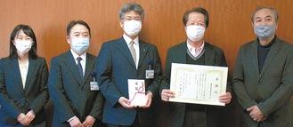 目録を受けた同院職員と感謝状を持つ小高会長(右から2人目)