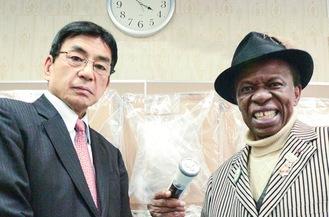 篠原グループに来社したオスマン・サンコンさん(右)とともに撮影