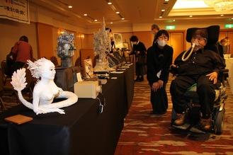展示された作品と吉田さん(右)