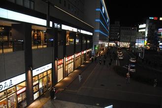 飲食店が一斉に閉まり始めた午後8時ごろの鶴見駅東口